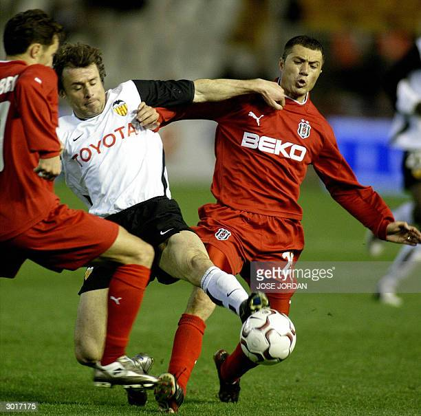 Valencial's Italian Amadeo Carboni vies for the ball with Besiktas's Rumanian Adrian Ilie and Turkish Kaan Dobra during a UEFA Cup match in Mestalla...