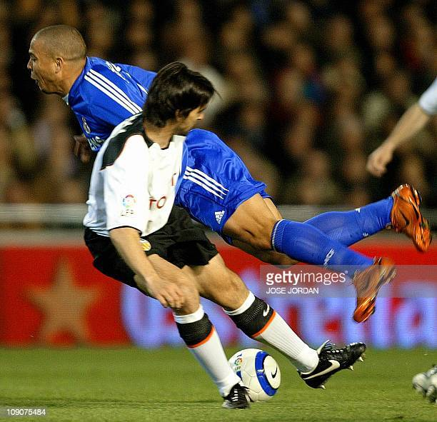 Valencia's Argentinian Fabian Ayala fights for the ball with Real Madrid's Brazilian Ronaldo during their Spanish League match at Mestalla stadium of...