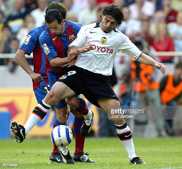 Valencia's Argentinian Fabian Ayala vies with Barcelona's French Ludovic Giuly during their Spanish League match at Mestalla stadium of Valencia 08...