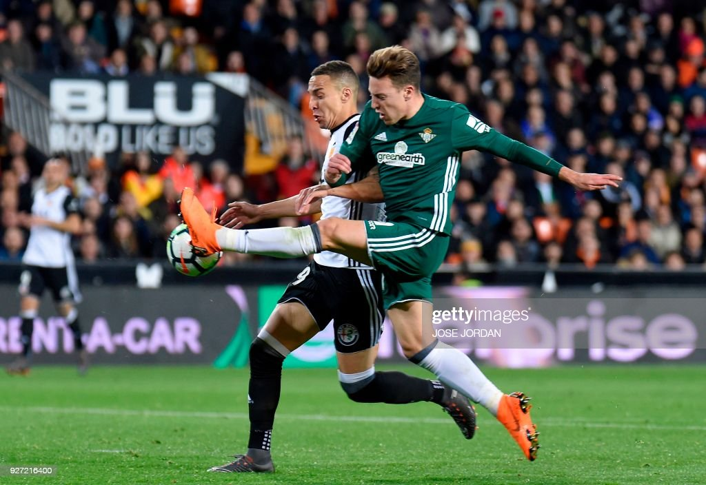 Valencia's Brazilian forward Rodrigo Moreno (L) vies with Real Betis' midfielder Francis Guerrero during the Spanish league football match Valencia CF against Real Betis at the Mestalla stadium in Valencia on March 04, 2018. /