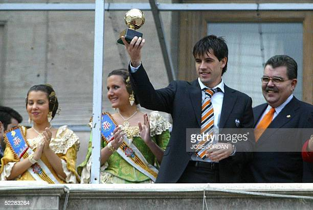 Valencia's David Albelda and the team's presidente Bautista Soler show the trophy of the 2004 world's best team at the city hall balcony during the...