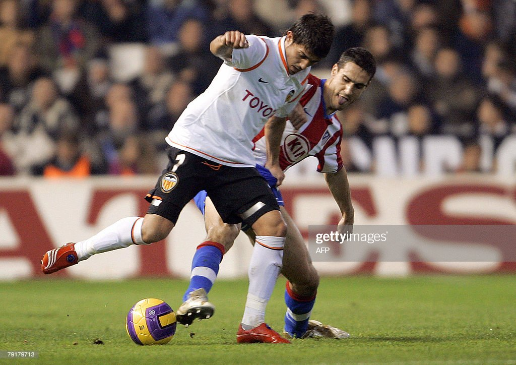 Valencia's David Villa (L) figths for the ball with Atletico Madrid's Pablo Ibanez during their Spanish king cup football match at Mestalla Stadium in Valencia, 23 January 2008.