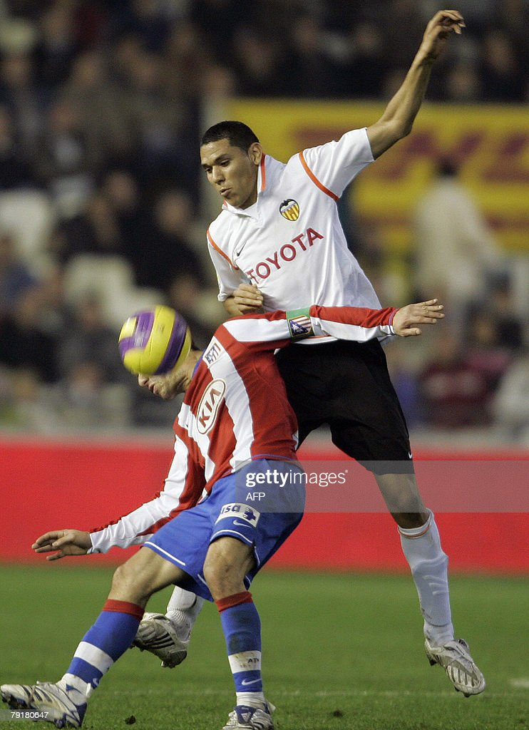 Valencia's Dutch Maduro (R) figths for the ball with Atletico Madrid's Argentinian Maxi Rodriguez during their Spanish King cup football match at Mestalla Stadium in Valencia, 23 January 2008.