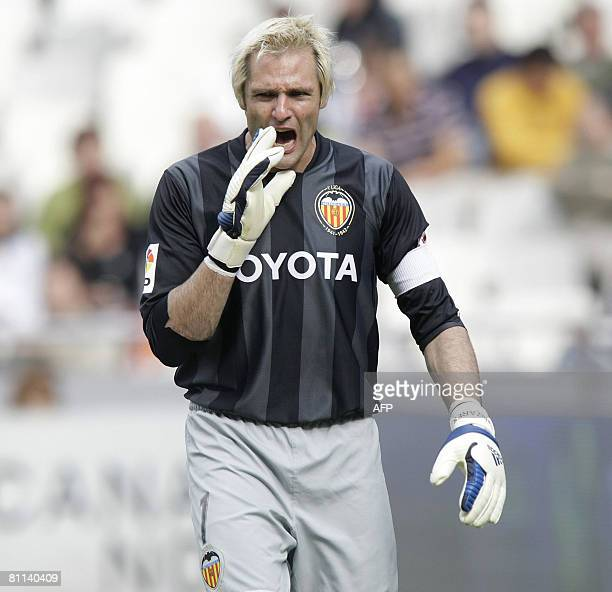 Valencia's goalkeeper Santiago Canizares reacts during their Spanish league football match at Mestalla Stadium in Valencia on May 18 2008 AFP...