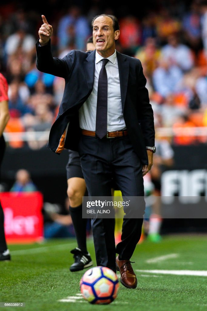 Valencias head coach, Voro Gonzalez shouts during the Spanish League football match Valencia CF vs Villarreal CF at the Mestalla stadium in Valencia on May 21, 2017. /