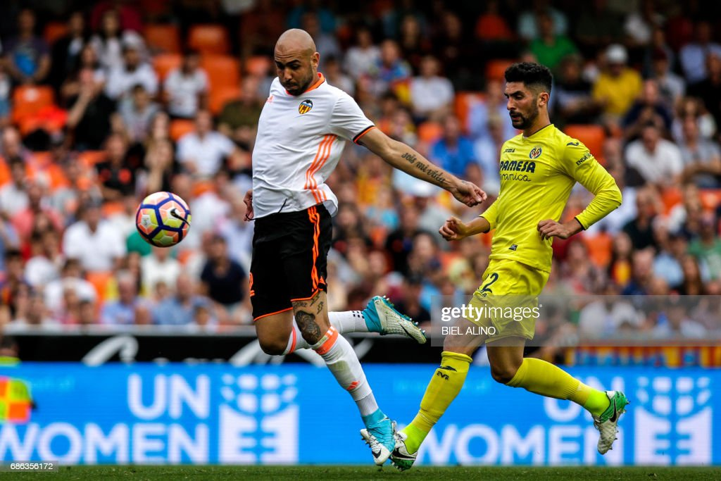 Valencia's Italian forward Simone Zaza (L) vies with Villarreals defender Alvaro Gonzalez during the Spanish League football match Valencia CF vs Villarreal CF at the Mestalla stadium in Valencia on May 21, 2017. /