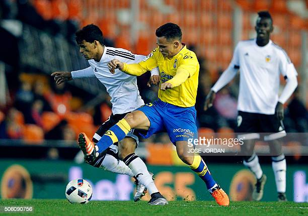 Valencia's Salvadoran midfielder Danilo Barbosa vies with Las Palmas' midfielder Roque Mesa during the Spanish Copa del Rey football match Valencia...
