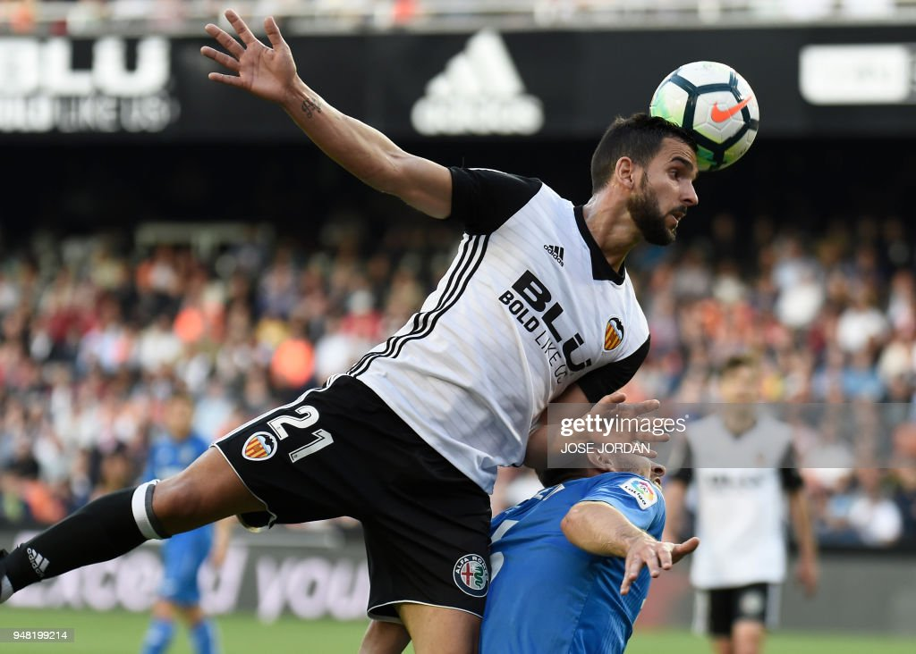 Valencia's Spanish defender Martin Montoya (L) vies with Getafe's Uruguayan defender Leandro Cabrera during the Spanish league football match Valencia CF against Getafe CF at the Mestalla stadium in Valencia on April 18, 2018. /