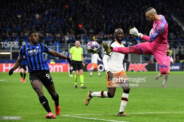 TOPSHOT Valencia's Spanish goalkeeper Jaume Domenech jumps to deflects the ball under pressure from Atalanta's Colombian forward Duvan Zapata during...