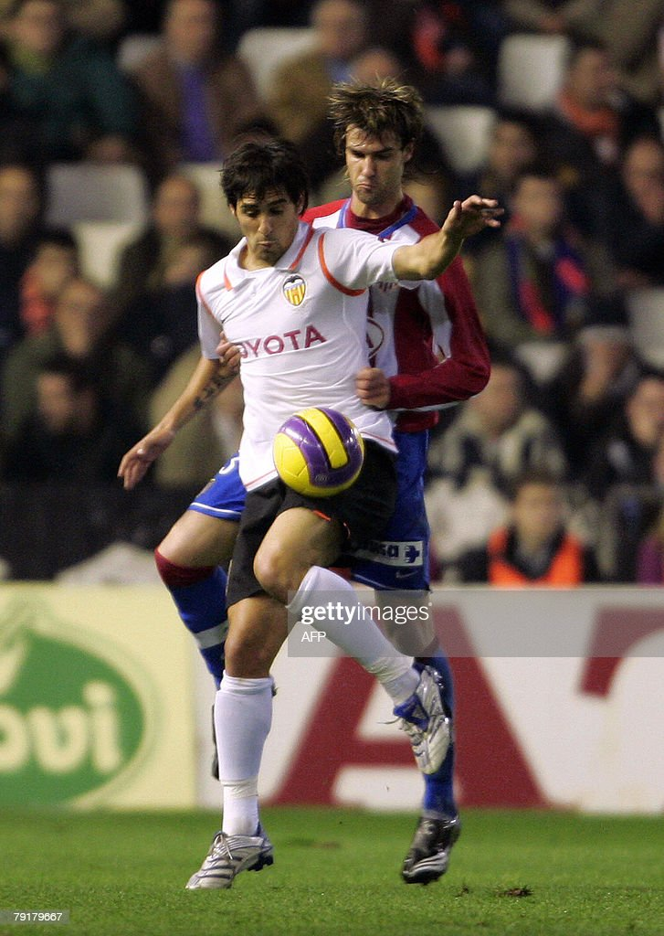 Valencia's Voicente (L) figths for the ball with Atletico Madrid's Juan Valera during their Spanish king cup football match at Mestalla Stadium in Valencia, 23 January 2008.