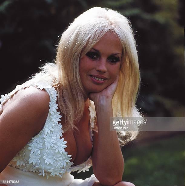 Valentin Barbara * Schauspielerin Oesterreich Portrait mit tiefem Dekollete in einem mit weissen Blueten verzierten Top 1973
