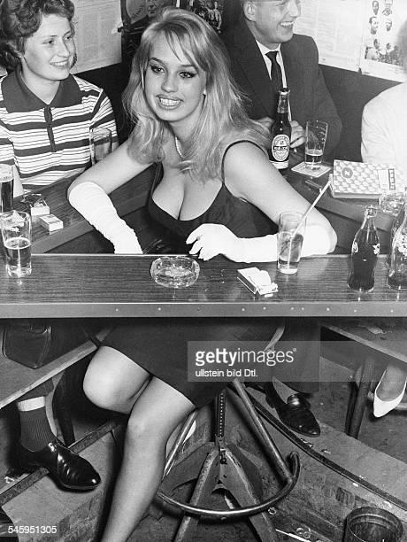 Valentin Barbara * Schauspielerin Oesterreich sitzt in einer Bar traegt ein schwarzes Kleid und lange weisse Handschuhe 1960