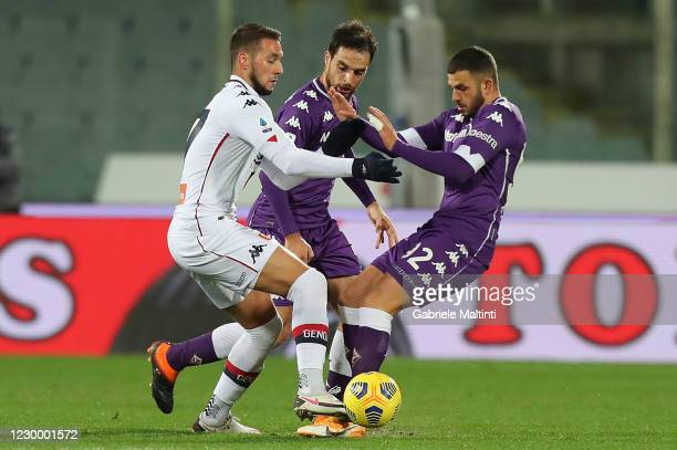 Valentin Eysseric and Giacomo Bonaventura of ACF Fiorentina in action against Marko Pjaca of Genoa CFC during the Serie A match between ACF...
