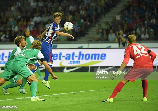 Valentin Stocker of Hertha BSC Jannik Vestergaard and Felix Wiedwald of Werder Bremen during the game between Hertha BSC and Werder Bremen on August...