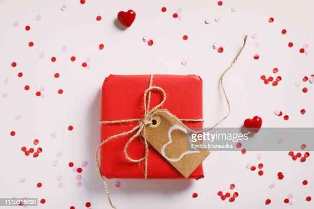 valentine gift box - saint valentin photos et images de collection