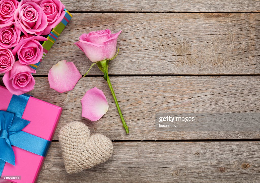 Valentines day background with gift box full of pink roses : Stock Photo