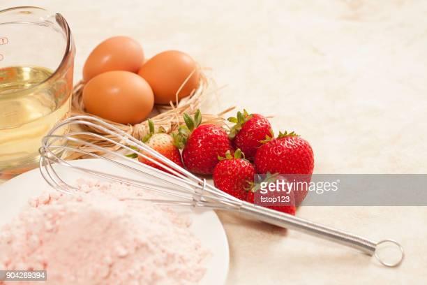 de san valentín pastel de fresa con ingredientes de la hornada. - february fotografías e imágenes de stock