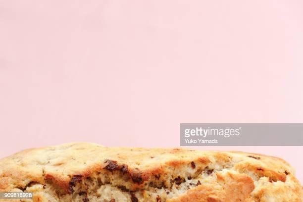 valentine's day banana bread against soft pink-color background - banana loaf stockfoto's en -beelden