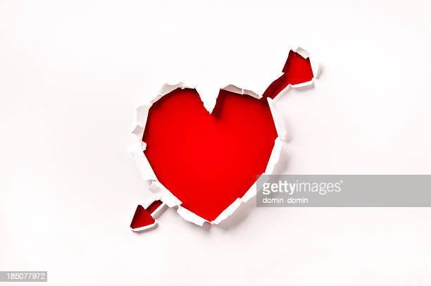 La Saint-Valentin, coeur et flèche rouge en forme de trou dans le papier