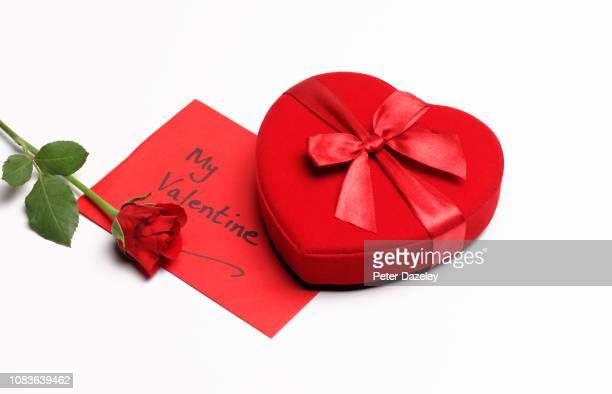 valentine's day red rose, card and chocolates - i love you frase em inglês - fotografias e filmes do acervo