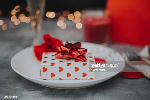valentines day table place setting - valentines day imagens e fotografias de stock