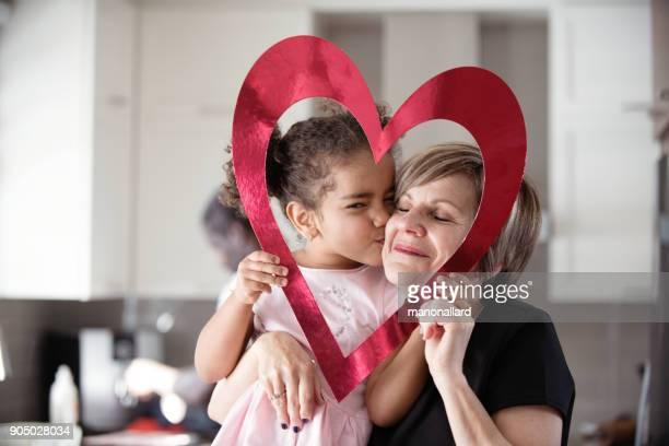 多民族の家族と一緒にバレンタインの日