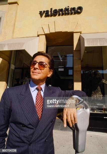 Valentino Garavani devant sa boutique de Rodo Drive à Los Angeles en novembre 1988 EtatsUnis