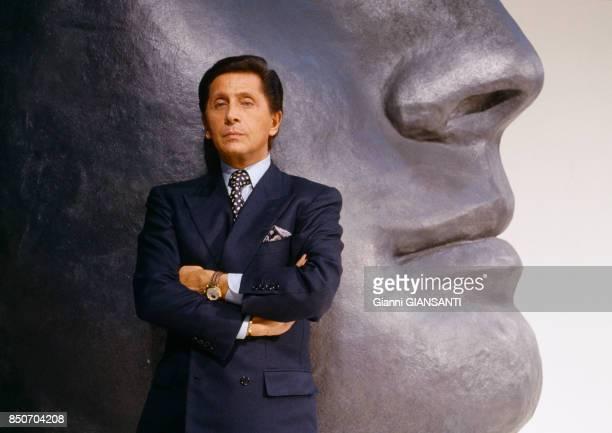 Valentino Garavani devant une statue à Los Angeles en novembre 1988 EtatsUnis