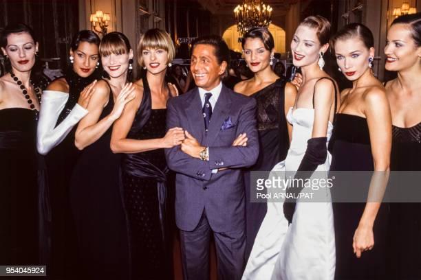 Valentino Garavani et ses mannequins lors du défilé du couturier, collection Haute-Couture, Automne-Hiver 1993/94 à Paris en juillet 1993, France.
