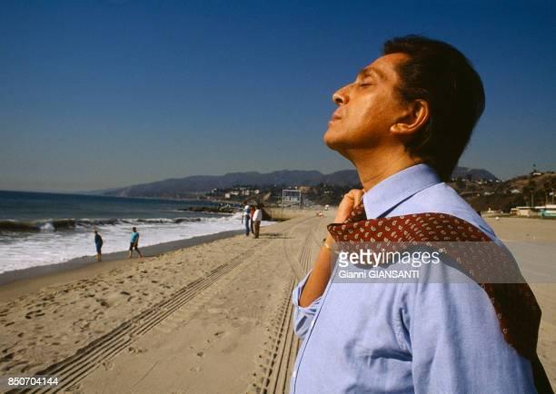 Valentino Garavani une la plage de Malibu à Los Angeles en novembre 1988 EtatsUnis