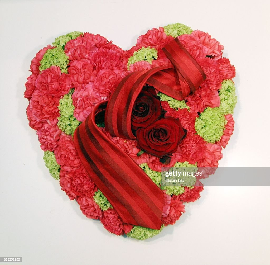 Valentinstag Hochzeitstag Blumenkissen In Form Eines Herzes Aus Rosen Und  Nelken Mit Einer Krawatte
