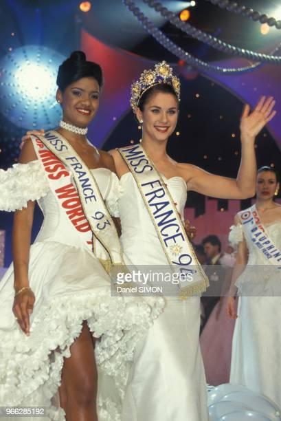 Valerie Claisse elue Miss France 1994 avec a sa droite Miss France 1993 Veronique De La Cruz le 28 decembre 1993 a Paris France