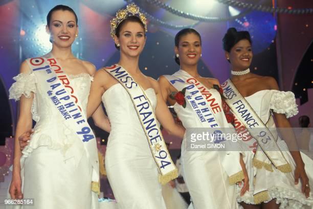 Valerie Claisse elue Miss France 1994 entouree de ses dauphines et de Miss France 1993 Veronique de la Cruz le 28 decembre 1993 a Paris France