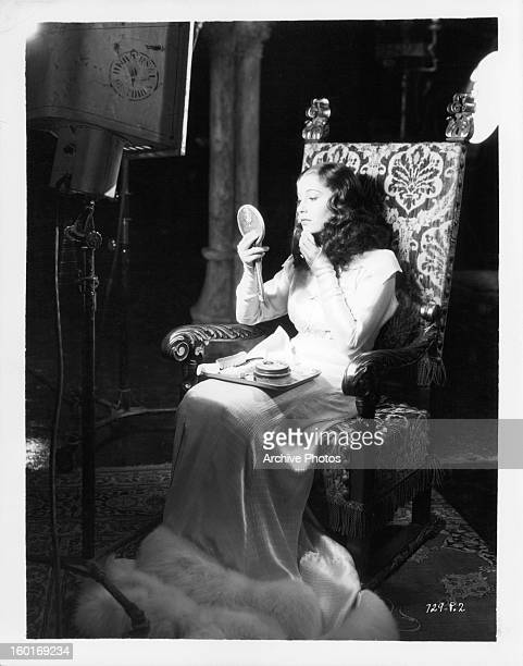 Valerie Hobson does her makeup in between takes of the film 'The Bride Of Frankenstein' 1935