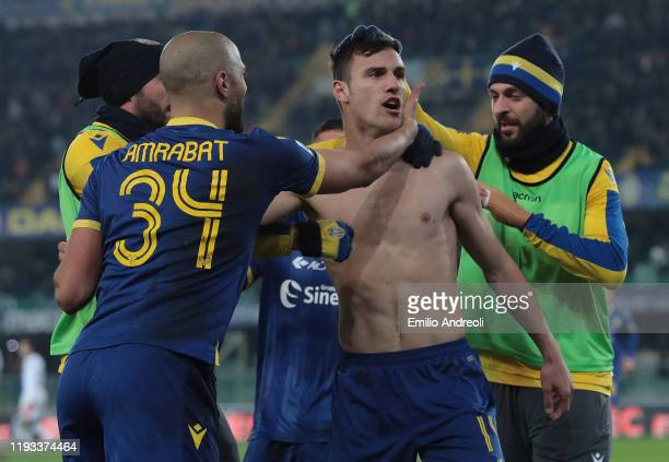 Valerio Verre of Hellas Verona celebrates his goal with his teammates during the Serie A match between Hellas Verona and Genoa CFC at Stadio...