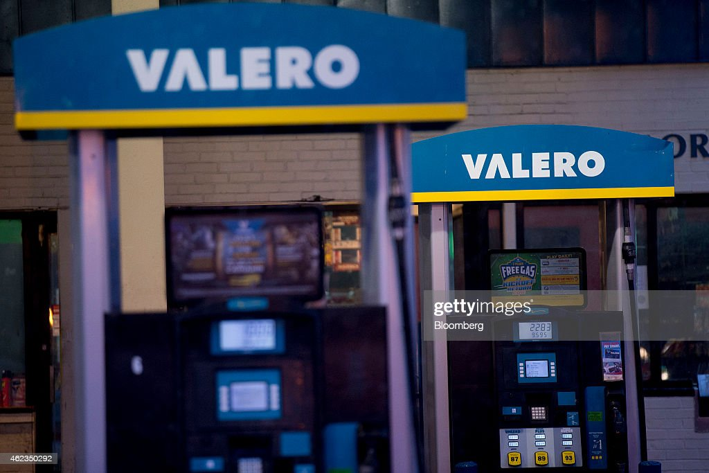 Valero Energy Corp. fuel pumps stand at a gas station in Washington, D.C., U.S., on Monday, Jan. 26, 2015. Valero Energy Corp. is expected to report fourth-quarter earnings figures on Jan. 29. Photographer: Andrew Harrer/Bloomberg via Getty Images