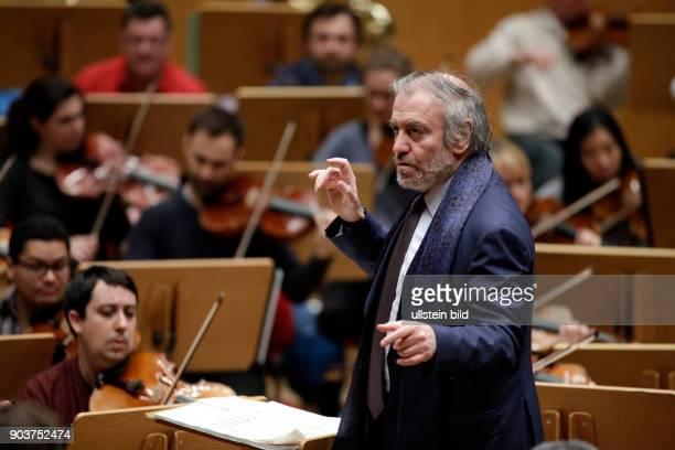 Valery Abisalovic Gergiev leitet die Münchener Philharmoniker am 19 Februar 2017 in der Philharmonie Köln