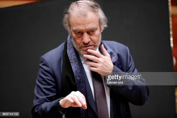 Valery Abisalovic Gergiev leitet die Münchener Philharmoniker in Begleitung des russischen Pianisten Daniil Trifonov am 19 Februar 2017 in der...