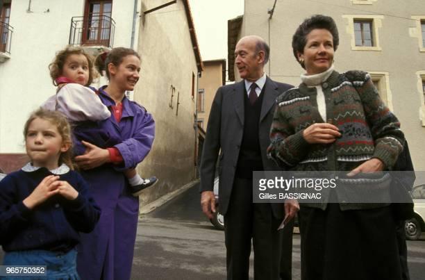 Valery Giscard d'Estaing accompagne de sa femme AnneAymone vote pour les legilatives a la mairie de Chanonat le 21 mars 1993 a Chanonat France