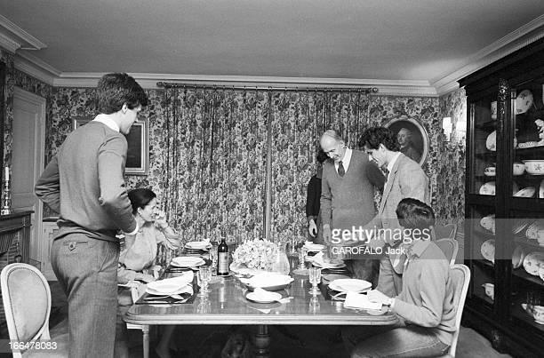 Valery Giscard D'Estaing With Family On Benouville Street En 1981 Valéry GISCARD D'ESTAING réunit sa famille autour du repas du dimanche avec son...