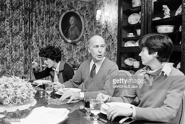 Valery Giscard D'Estaing With Family On Benouville Street En 1981 Valéry GISCARD D'ESTAING réunit sa famille autour du repas du dimanche dans son...