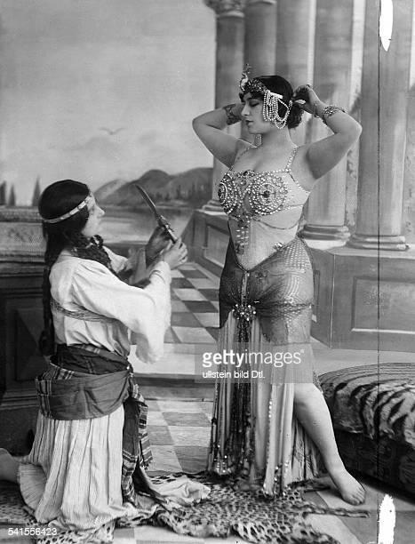 Valery Odette Dancer USA in the part of the Cleopatra Published by 'Berliner Illustrirte Zeitung' 33/1908Vintage property of ullstein bild