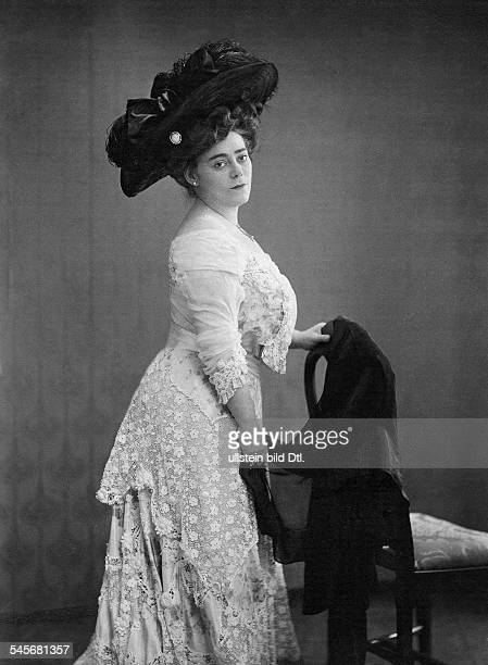 Valetti Rosa Actress Cabaret Artist Singer Germany*17031878nee Rosa Vallentin Portrait with a hat ca 1908 Photographer Becker Maass Published by...