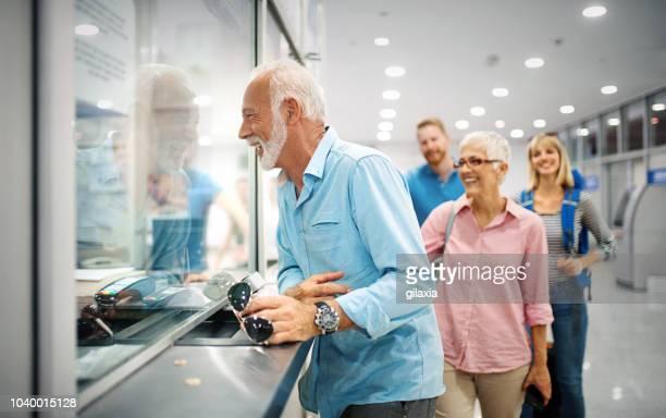 valider les billets dans un aéroport. - hygiaphone photos et images de collection