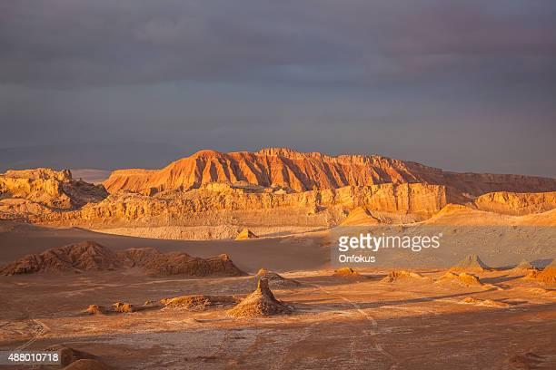 月の谷、ムーンバジュ Atacama 砂漠に沈む夕日、