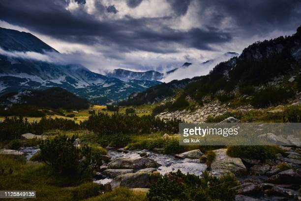 tal und den see in die berge bei sonnenuntergang - bulgarien stock-fotos und bilder