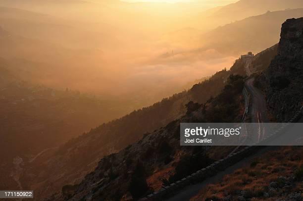 Valle e la strada al tramonto sopra Bcharre, Libano