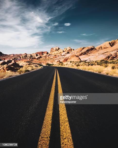 火の州立公園の道の谷 - 南西 ストックフォトと画像
