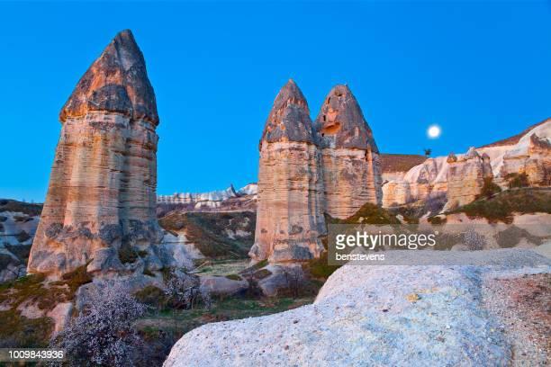 vallei van liefde zonsopgang, goreme, cappadocië, turkije - piemel stockfoto's en -beelden