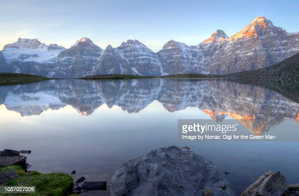 valley of the 10 peaks - valley of the ten peaks stock pictures, royalty-free photos & images